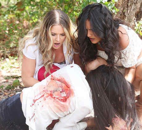 Kimberly Dos Ramos y Ana Lorena Sánchez rescatando a Scarlet Gruber en Tierra de Reyes