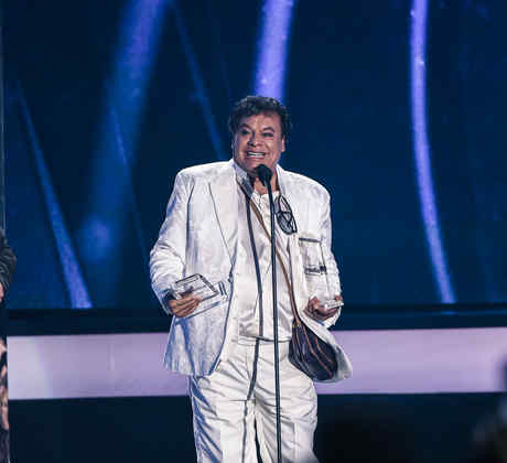 Juan Gabriel recibiendo varios Premios Billboard 2016