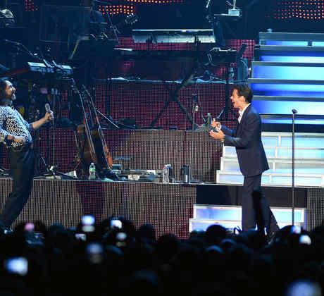 Marc Anthony cantando con Marco Antonio Solis