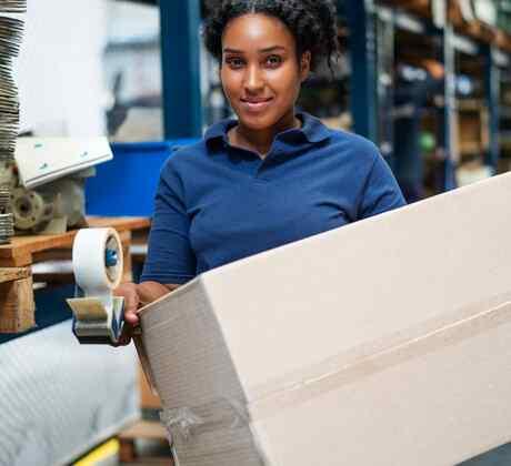 Mujer hispana trabajando en una empresa de manufactura