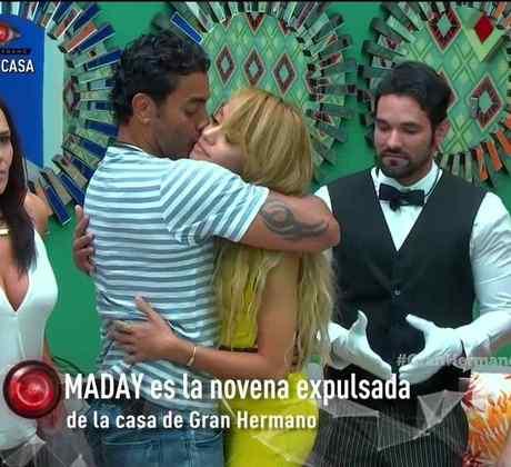 Pedro abrazando y besando a Maday en la sala de la casa de Gran Hermano