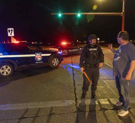 Un oficial de la Patrulla Estatal bloquea la carretera frente al Casino Oneida en Green Bay, Wisconsin, el sábado 1 de mayo de 2021, después de que se reportara un tirador activo.