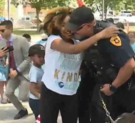 Rosalyn Baldwin, niña de 11 años que reparte abrazos a los policías