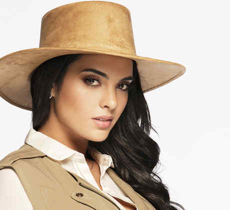 Scarlet Gruber es Andrea del Junco en Tierra de Reyes