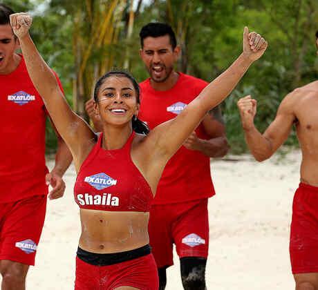 Shaila festeja con los brazos en alto