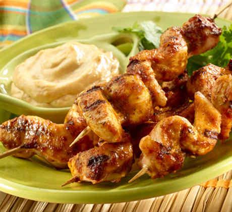 plato de pinchos con pollo asado