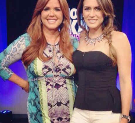 Erika de la Vega junto a María Celeste en el late show de Erika