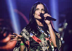 Natalia Jiménez cantando en escenario