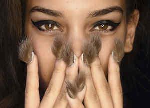 Modelo con uñas de piel