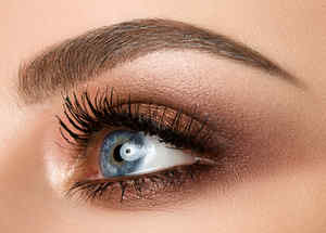 Ojo de mujer maquillado y con la ceja definida