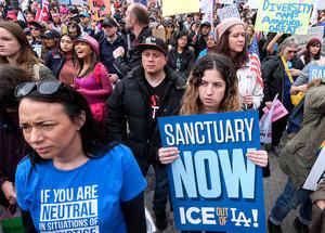 Manifestantes exigen el fin de las redadas y deportaciones en Los Angeles el 18 de febrero del 2017