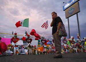 Una mujer visita este martes el memorial de las víctimas del tiroteo masivo del sábado en El Paso, Texas, por el que fallecieron 22 personas.