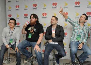 Voz de Mando detrás de cámaras en el iHeartRadio Fiesta Latina