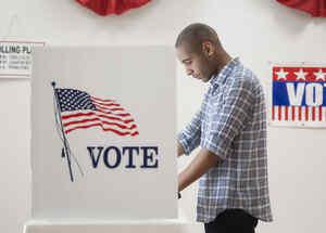 Hombre joven votando