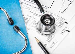 Estetoscopio sobre cuentas de seguro médico