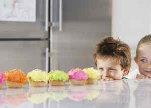 Niños mirando cupcakes