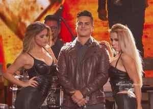 "Regulo Caro canta ""CicatrIIIces"" en Premios Tu Mundo 2016"