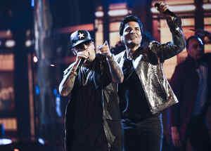 Chayanne y Wisin cantan en los Latin AMAs 2017.