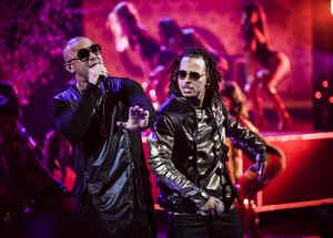 Wisin y Ozuna cantando en los Latin AMAs 2017