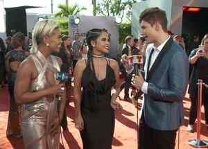 Sibley Scoles, Becky G, Christian Acosta en la alfombra digital de Premios Billboard