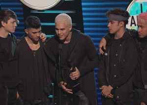 CNCO recoge premio al artista pop favorito