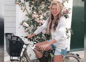 Shakira en bicicleta