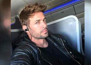 William Levy posando en un avión