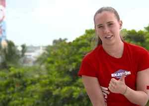 Nicole levanta el pulgar en entrevista