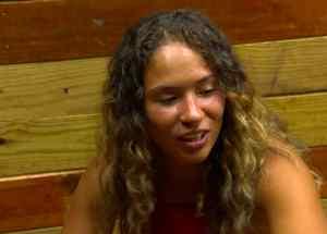 Valerie Loureda habla con sus compañeras en la Cabaña