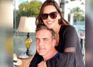 Carlos Ponce y Karina Banda posando comprometidos