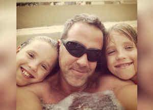 Carlos Ponce con sus hijas