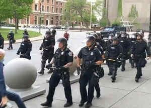 Policía de Buffalo agrede a una persona de 75 años