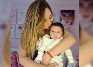 Sherlyn cargando a su bebé