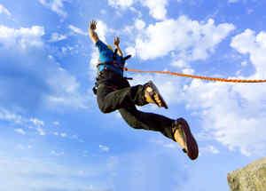 Hombre saltando de un acantilado