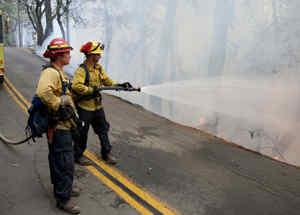 Bomberos luchando contra incendios en California