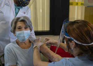 Mujer mayor recibiendo vacuna contra el coronavirus