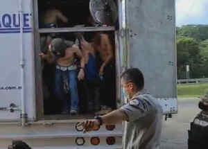 Migrantes rescatados dentro de un trailer en México