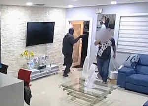 Cámara de seguridad capta asalto a casa en Miami