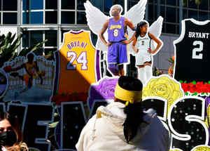 Aficionados homenajean a Kobe Bryant a un año de su muerte