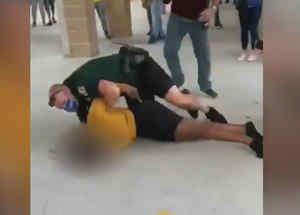 Policía estrella contra el piso a una estudiante en Florida