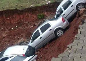 Vehículos caen a un pozo en Turquía