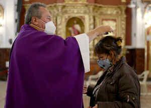 Devota recibe cenizas en su cabeza en Bogotá, Colombia