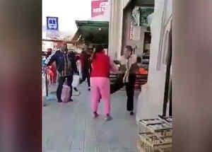 Señora pelea al estilo Jackie Chan en un mercado en México