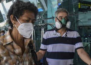 Personas con mascarilla en aeropuerto de Panamá