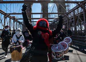 Trabajadores marchan sobre el puente de Brooklyn