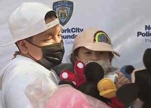 Policías honran a una niña sobreviviente a una balacera