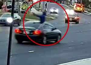 Hombre dispara desde un auto