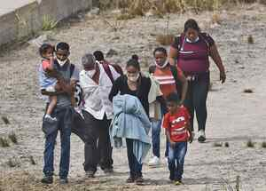 Migrantes cruzan la frontera