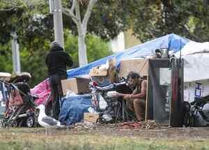 Aprueban desalojar a personas sin hogar en Los Ángeles