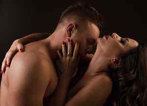 Hombre y mujer abrazados desnudos